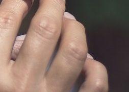 Dedos con mariposa